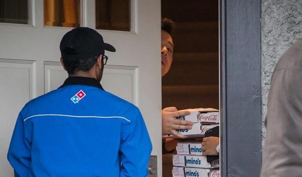 'Công chúa Huawei' mua pizza đãi nhà báo sau khi tại ngoại