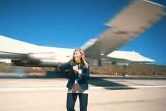 Thót tim chiến cơ Nga lượn sát phóng viên giữa đường băng