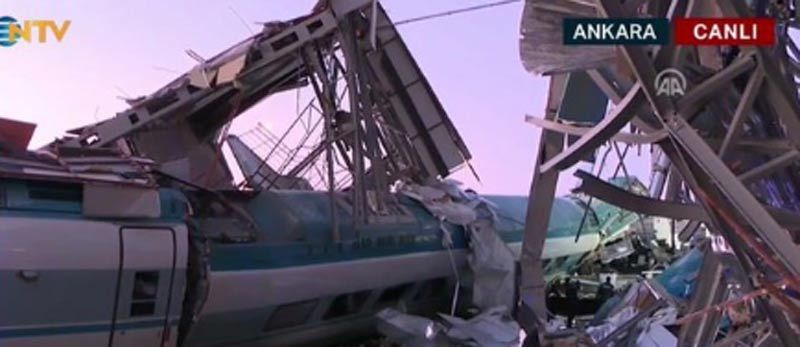 Tàu cao tốc đâm cầu vượt ở Thổ Nhĩ Kỳ, thương vong lớn