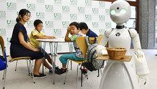 Nhật chế tạo robot giúp bệnh nhân nằm liệt giường làm bồi bàn