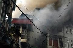 Cháy lớn quán karaoke lan sang 2 nhà gần cầu Chương Dương