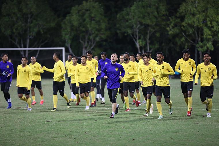 Cầu thủ Malaysia phong phanh tập giữa cái lạnh 13 độ