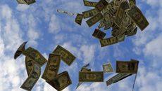 """Cao tốc Mỹ hỗn loạn vì """"cơn mưa"""" tiền"""