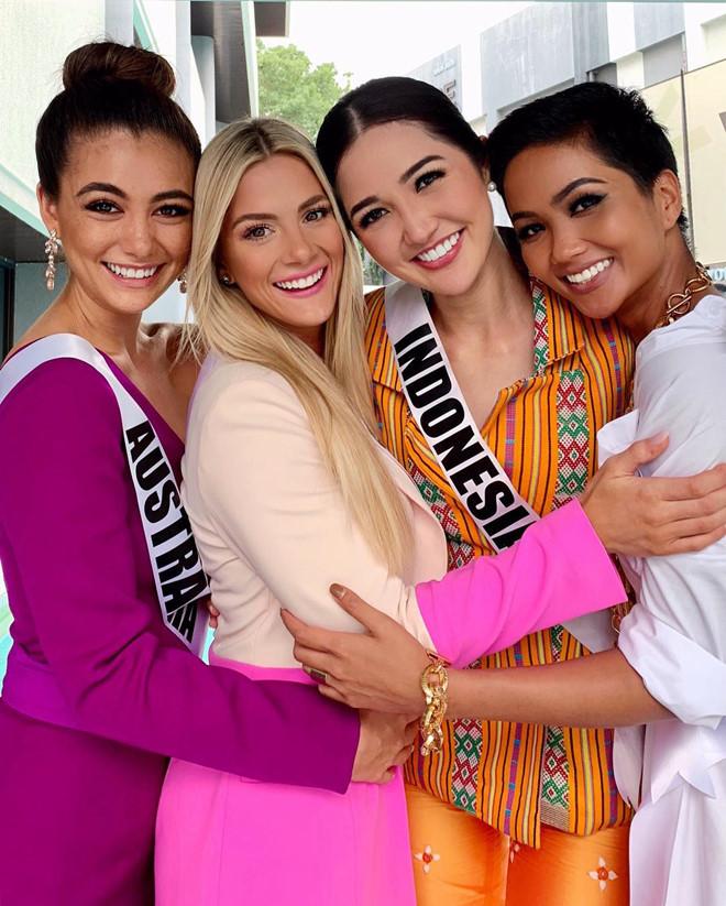 Hoa hậu Mỹ xin lỗi vì chê H'Hen Niê kém tiếng Anh