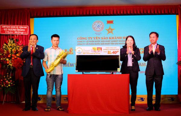 Sanest Khánh Hòa trao xe SH cho khách hàng may mắn