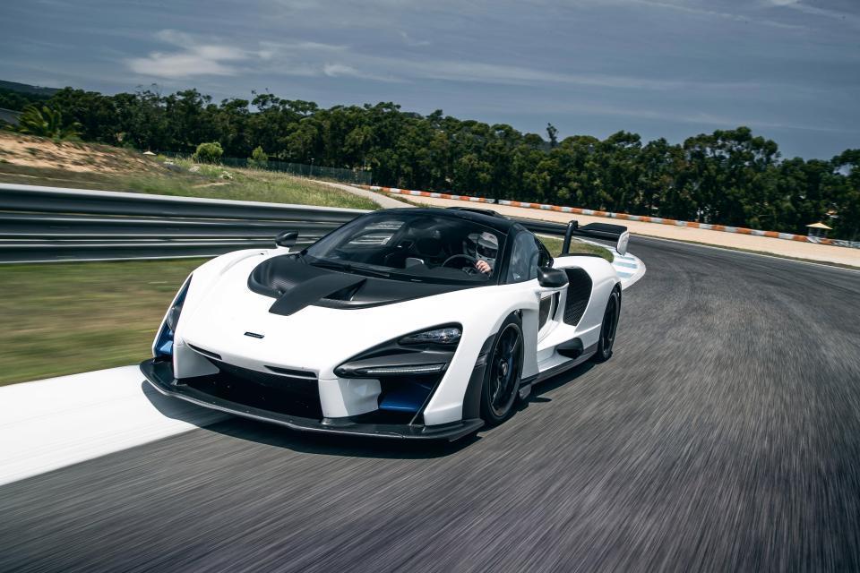 Siêu xe triệu USD McLaren Senna phơi bụng, rụng bánh sau va chạm với xe cỏ