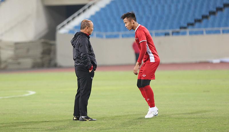 Quế Ngọc Hải báo tin vui với thầy Park trước trận gặp Malaysia