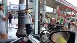 Cô gái váy ngắn vung gậy gây sự với tài xế grab cổng bến xe Đà Nẵng