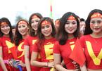 Fan nữ xinh đẹp hâm nóng Mỹ Đình trước chung kết AFF Cup