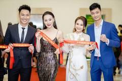 Bảo Thanh, Phương Oanh, Mạnh Trường, Hồng Diễm tụ tập cổ vũ tuyển VN