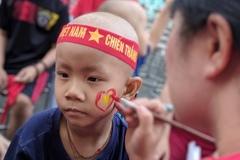 Bệnh nhân ung thư nằm băng ca 'tiếp lửa' cho đội tuyển Việt Nam