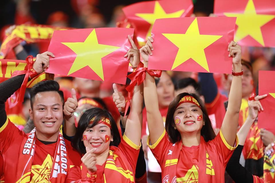 Chung kết AFF Cup: Fan nữ đẹp mê hồn làm Mỹ Đình nóng  nôn nao