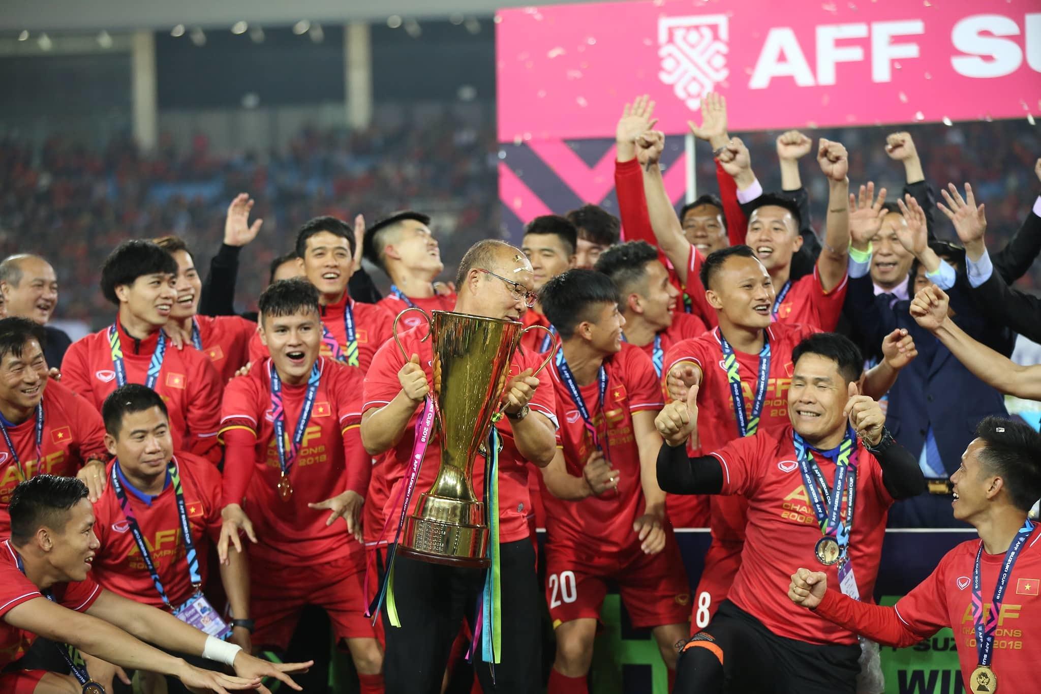Khoảnh khắc tuyển Việt Nam tưng bừng nhận cúp vô địch