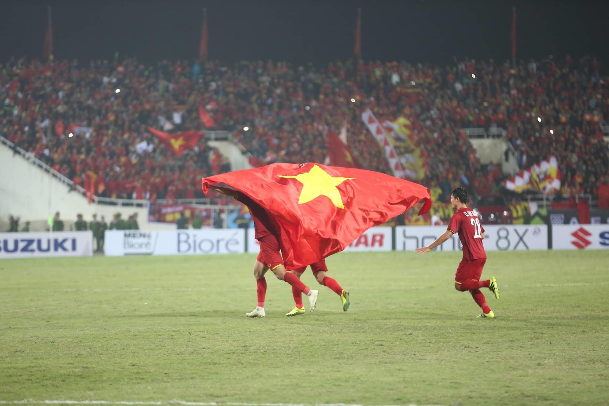Tuyển thủ Việt Nam công kênh thầy Park ăn mừng rộn rã