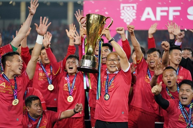 Thủ tướng trao cúp vô địch cho đội tuyển Việt Nam