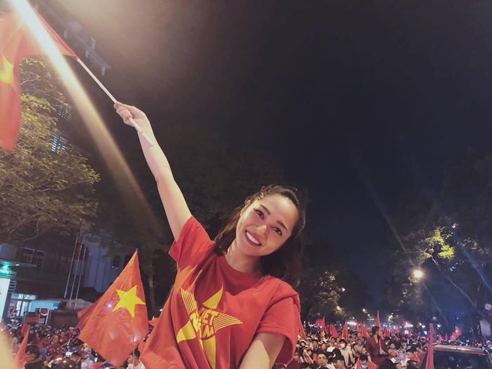 Sao hai miền Nam - Bắc xuống đường mừng tuyển Việt Nam vô địch AFF Cup