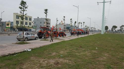 Độc đáo đoàn máy cày diễu phố Thủ đô cổ vũ Việt Nam vô địch
