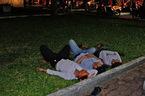 Những giấc ngủ mệt ngoài giữa phố sau đêm CĐV quậy tưng bừng