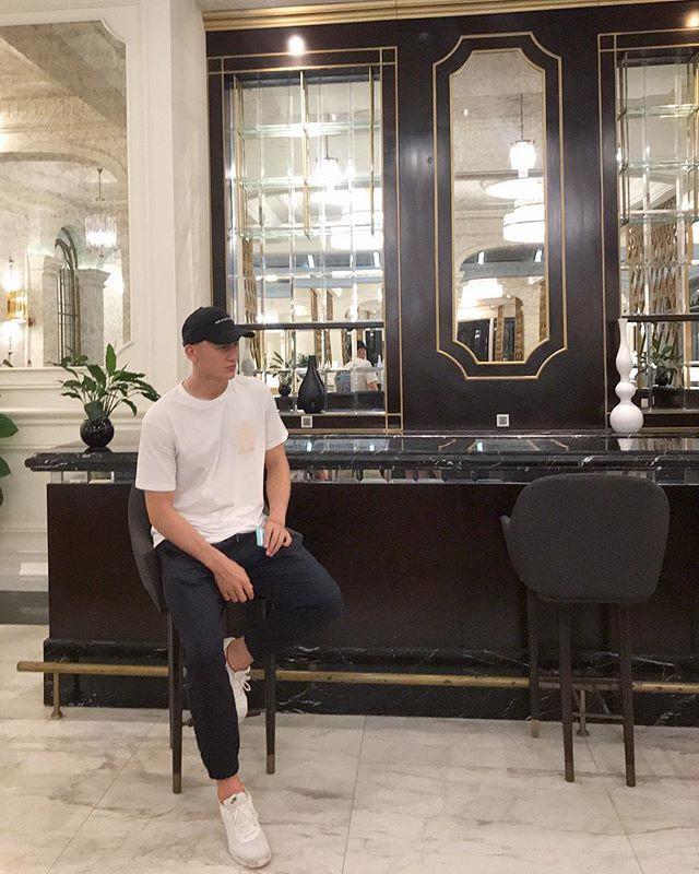Đặng Văn Lâm: Chàng thủ môn 6 múi đốn tim fan với gu thời trang cực chất