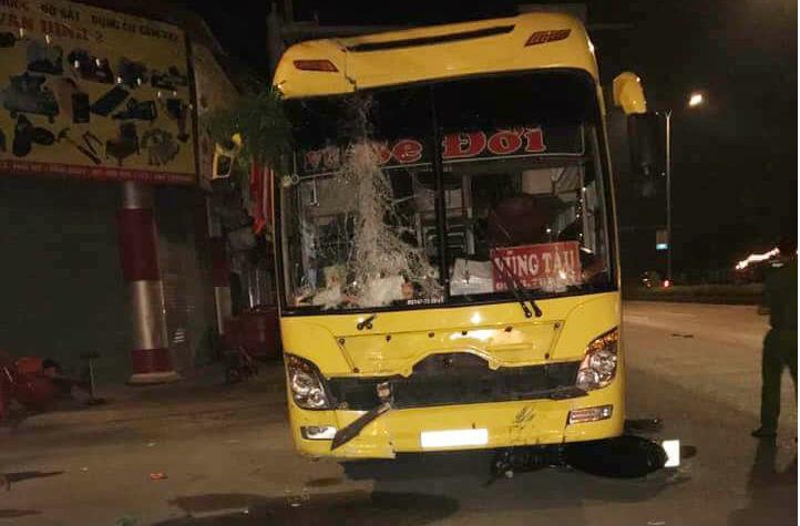 Ăn mừng sau 'bão': Bàn nhậu nát bét dưới gầm xe khách, 2 người chết