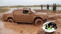 Bóng hồng cưỡi xe luồn lách vượt đường bùn ở Hạ Long