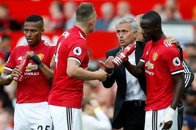 Cầu thủ MU làm phản Mourinho, Arsenal chơi canh bạc lớn