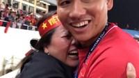 Clip KHÔNG LÊN SÓNG: Anh Đức ngơ ngác tìm mẹ như đứa trẻ lên 3 sau bàn thắng vàng