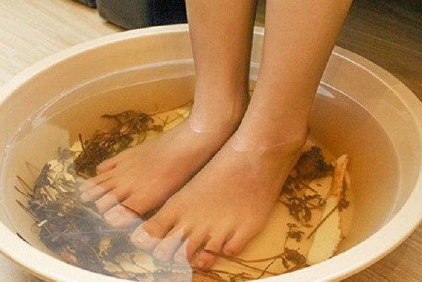 Ngâm chân nước nóng cho dễ ngủ, người phụ nữ 46 tuổi tử vong