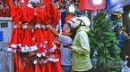 Nhộn nhịp mua sắm ở chợ Giáng sinh lớn nhất Sài Gòn