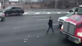 Xe tải rải tiền mặt ra đường, dân đổ xô nhặt