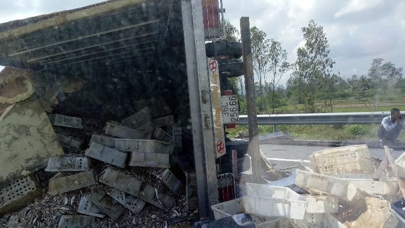 Xe tải lật nhào, chắn ngang cao tốc Đà Nẵng - Quảng Ngãi