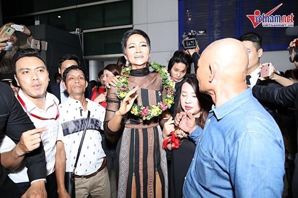 H'Hen Niê và ba mẹ mặc trang phục Ê đê, bật khóc ở sân bay