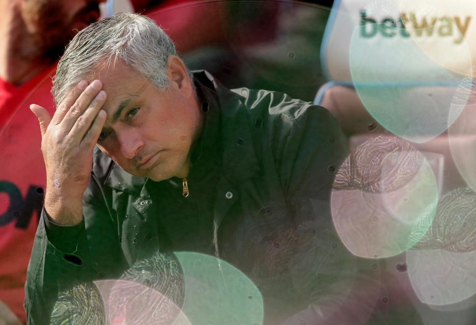 Mourinho 'bay ghế', fan MU vui như trẩy hội