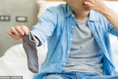 Người đàn ông bị nhiễm trùng phổi nặng vì thường xuyên... ngửi tất thối