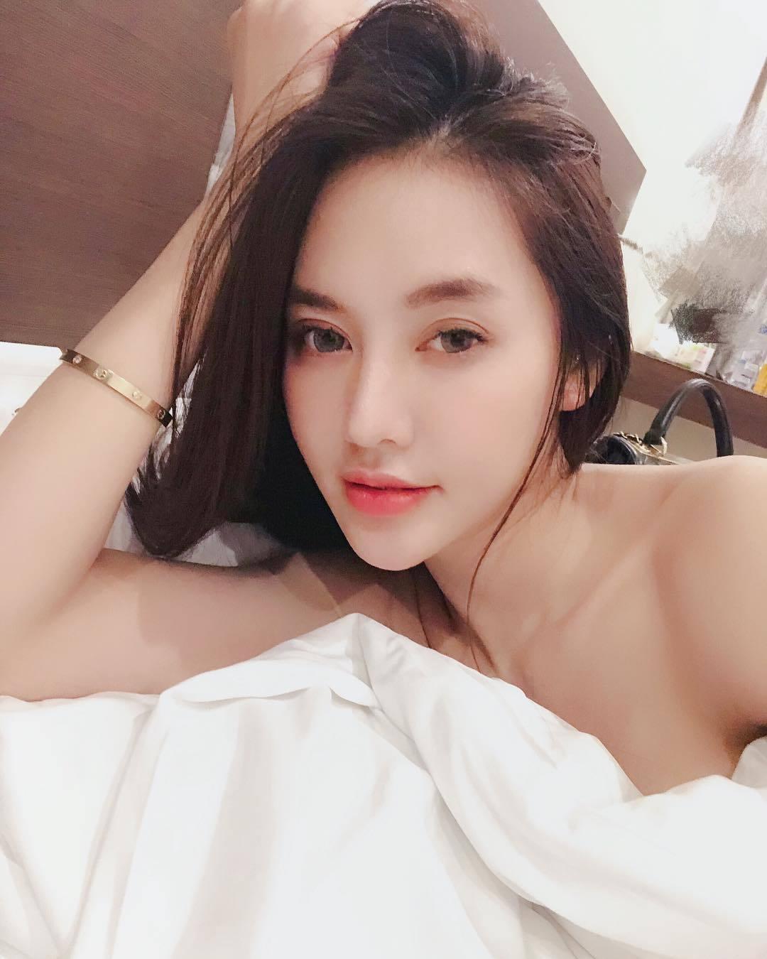 Thanh Hằng thân mật khoác vai Hà Anh Tuấn