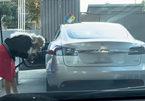 Sặc cười: Cô gái sành điệu quyết đổ xăng cho ô tô điện Tesla