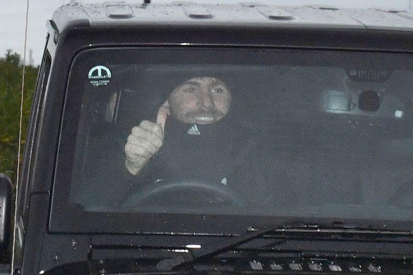 Phản ứng lạ của cầu thủ MU sau khi Mourinho 'bay ghế'