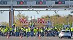Người biểu tình Pháp chiếm đường cao tốc, đốt phá trạm thu phí