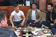 Sau chiến thắng, cầu thủ Quang Hải giản dị về thăm nhà