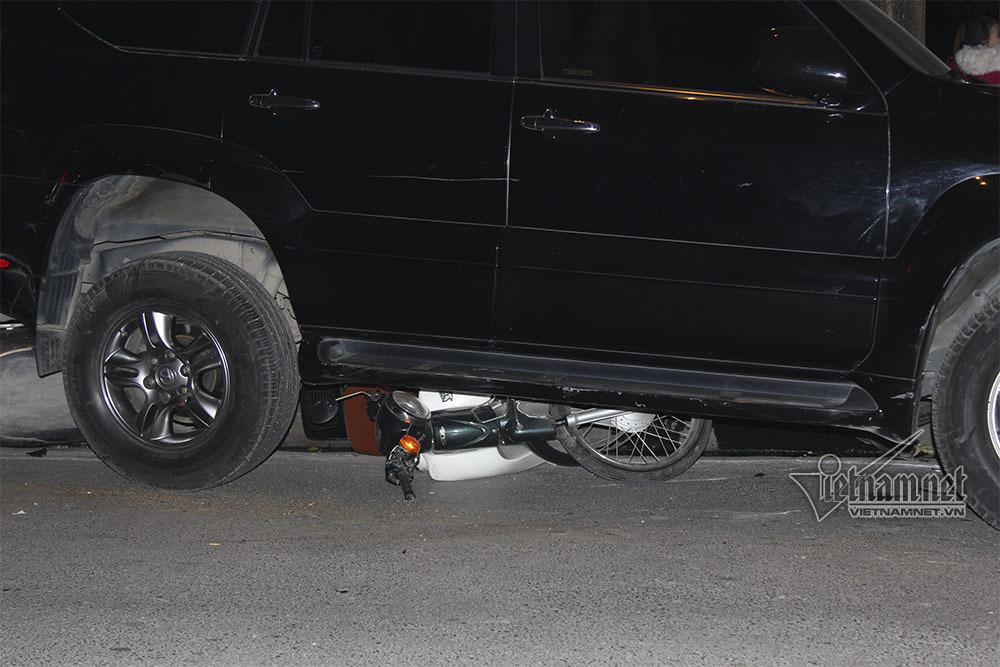Clip toàn cảnh nữ tài xế Lexus đâm loạt xe la liệt ven hồ Tây