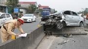 Xế hộp nát bét sau va chạm với xe đầu kéo, 2 người nhập viện