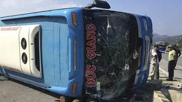 Lật xe khách 7 người thương vong, đập kính giải cứu
