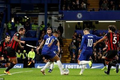 Hazard ghi bàn may mắn, Chelsea vào bán kết Cúp Liên đoàn