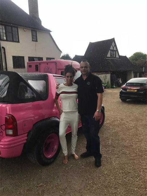Siêu mẫu Katie Price bị bêu riếu nợ 3.500 bảng Anh tiền độ xe