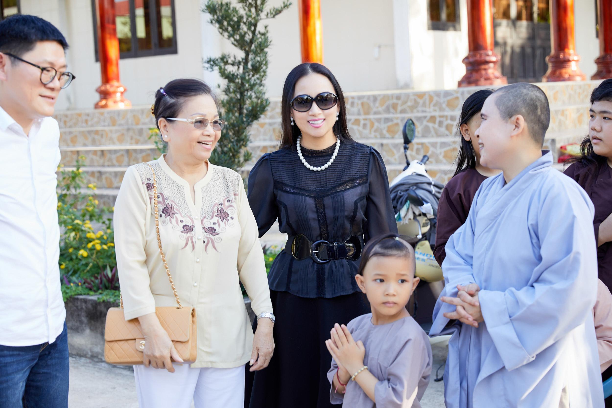 Vợ tỷ phú Chính Chu về Việt Nam làm từ thiện cùng mẹ