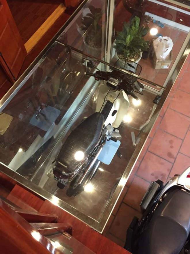 Honda Dream 1995 'nhốt' trong tủ kính, giá 8 cây vàng