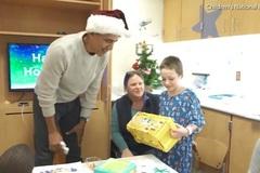 Obama làm ông già Noel phát quà cho bệnh nhân nhí