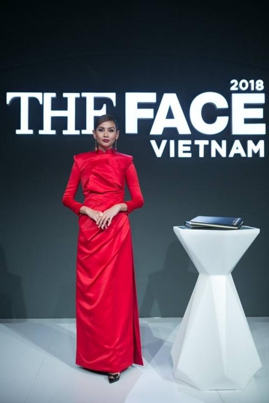Phong cách 'tắc kè hoa' của Võ Hoàng Yến tại The Face 2018