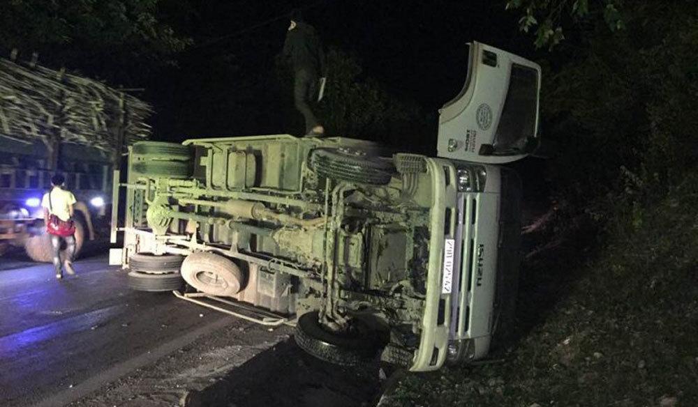 Xe tải lật trơ bụng trên QL6, tài xế tung cửa thoát nạn
