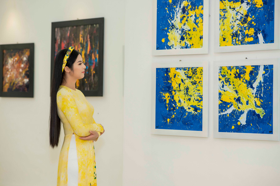 Dàn người đẹp đến chúc mừng NTK Cao Minh Tiến triển lãm tranh